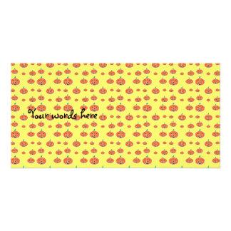 Modelo anaranjado de la calabaza en amarillo tarjetas fotográficas