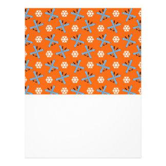 Modelo anaranjado de los esquís y de los copos de  tarjetas publicitarias