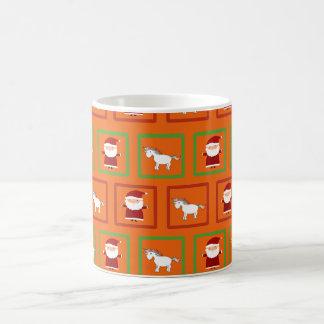 Modelo anaranjado de Papá Noel de los unicornios Taza Básica Blanca