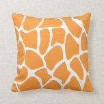 Modelo anaranjado del estampado de girafa cojin