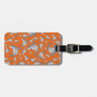 Modelo anaranjado del tiburón etiquetas de maletas
