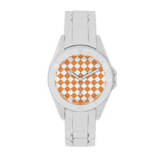 Modelo anaranjado en colores pastel del tablero de relojes de pulsera