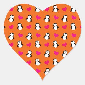 Modelo anaranjado lindo de los corazones del pingü calcomania corazon