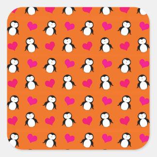 Modelo anaranjado lindo de los corazones del pingü pegatina