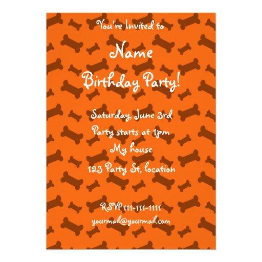 Modelo anaranjado lindo de los huesos de perro invitacion personalizada