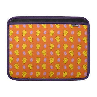 Modelo anaranjado lindo de pascua del polluelo del fundas MacBook
