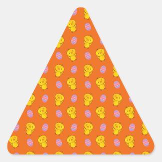 Modelo anaranjado lindo de pascua del polluelo del pegatina triangular