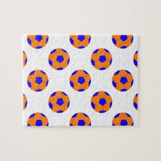 Modelo anaranjado y azul del balón de fútbol puzzle