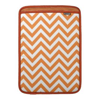 Modelo anaranjado y blanco de Chevron del zigzag Funda Macbook Air