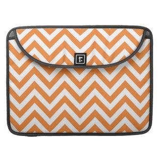 Modelo anaranjado y blanco de Chevron del zigzag Funda Macbook Pro