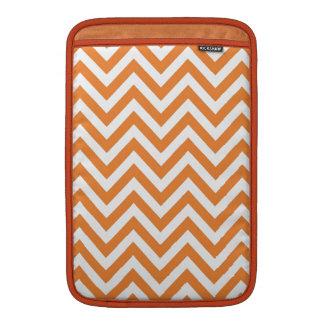 Modelo anaranjado y blanco de Chevron del zigzag Funda Para Macbook Air