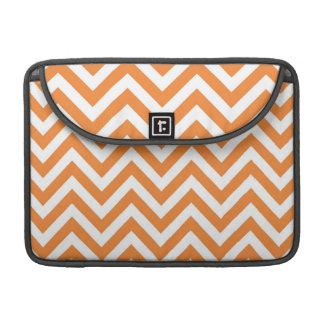 Modelo anaranjado y blanco de Chevron del zigzag Fundas Para Macbooks