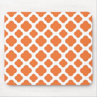 Modelo anaranjado y blanco de Quatrefoil Tapete De Ratón