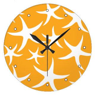 Modelo anaranjado y blanco soleado de las estrella reloj