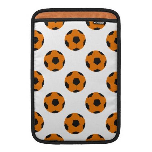 Modelo anaranjado y negro del balón de fútbol funda macbook air