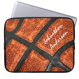 Modelo anaranjado y negro del baloncesto con el funda portátil