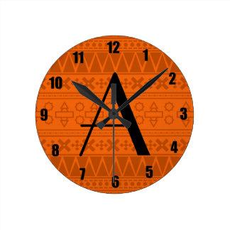 Modelo azteca anaranjado del monograma reloj
