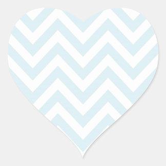 Modelo azul claro y blanco de la raya de Chevron Pegatina En Forma De Corazón