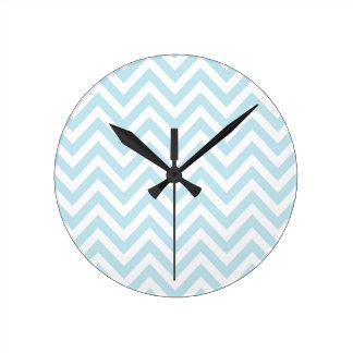 Modelo azul claro y blanco de la raya de Chevron Reloj De Pared