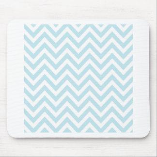 Modelo azul claro y blanco de la raya de Chevron Tapetes De Raton