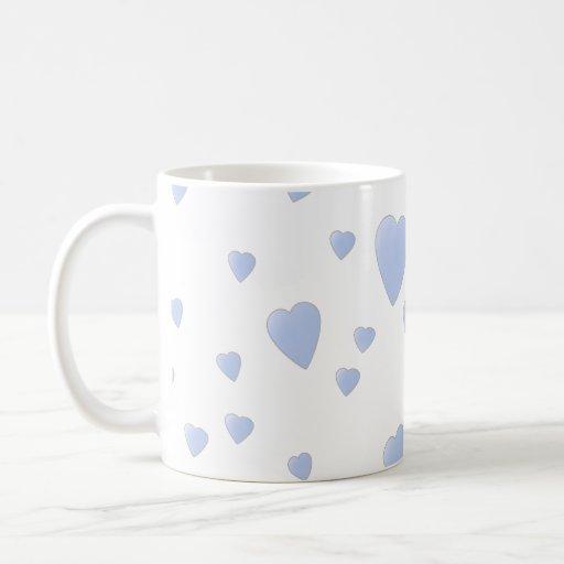 Modelo azul claro y blanco de los corazones del am taza básica blanca
