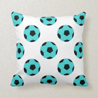 Modelo azul claro y negro del balón de fútbol cojín
