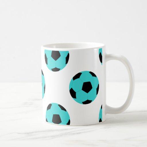 Modelo azul claro y negro del balón de fútbol taza básica blanca