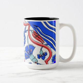Modelo azul de la macro de la flor de la teja turc taza de café