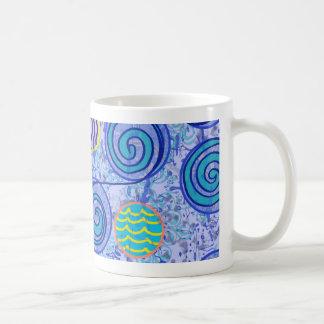 Modelo azul de los círculos del teñido anudado taza básica blanca