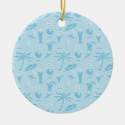 Modelo azul de los cócteles y de las palmeras adorno redondo de cerámica