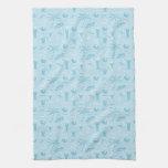 Modelo azul de los cócteles y de las palmeras toallas
