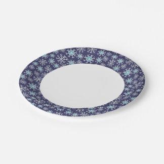 Modelo azul de los copos de nieve del día de platos de papel
