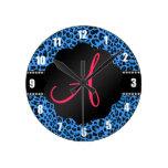 Modelo azul del leopardo del monograma relojes de pared