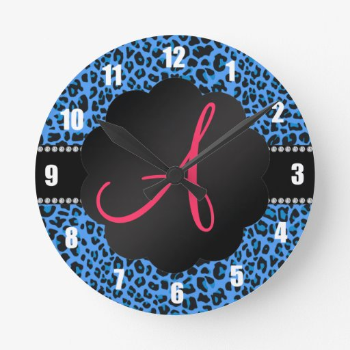 Modelo azul del leopardo del monograma reloj redondo mediano