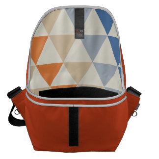Modelo azul del triángulo del naranja que pone en bolsa messenger