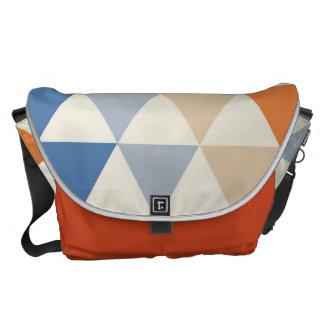 Modelo azul del triángulo del naranja que pone en bolsas messenger