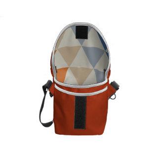 Modelo azul del triángulo del naranja que pone en bolsa de mensajería