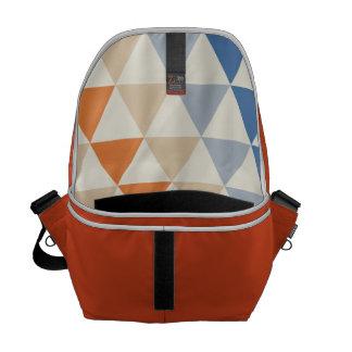 Modelo azul del triángulo del naranja que pone en bolsas de mensajeria