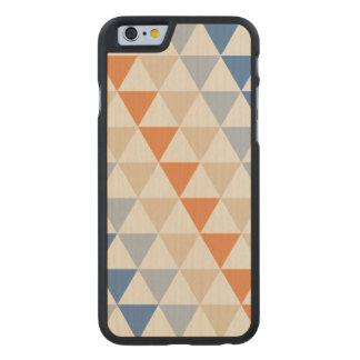 Modelo azul del triángulo del naranja que pone en funda de iPhone 6 carved® slim de arce