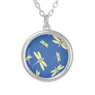 Modelo azul y amarillo de las libélulas colgante redondo