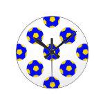 Modelo azul y amarillo del balón de fútbol reloj de pared