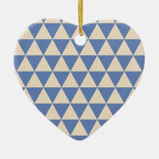 Modelo azul y color crema del triángulo adorno navideño de cerámica en forma de corazón