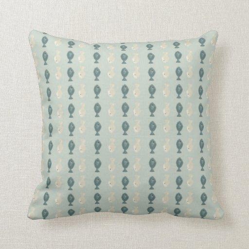 Modelo azul y poner crema de los pescados almohadas
