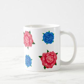 Modelo azul y rosado de los rosas en la taza de