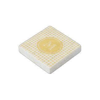 Modelo blanco amarillo de la guinga su monograma