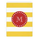 Modelo blanco amarillo de las rayas, monograma invitación 16,5 x 22,2 cm
