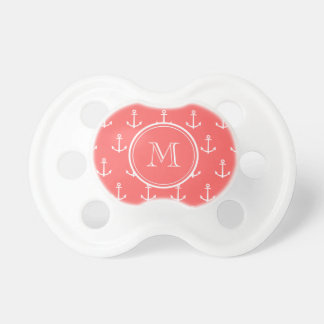 Modelo blanco coralino de las anclas, su monograma chupete de bebé