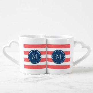 Modelo blanco coralino de las rayas, monograma de set de tazas de café