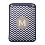 Modelo blanco de Chevron del monograma de los azul Fundas MacBook