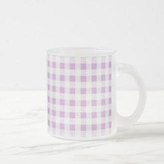 Modelo blanco de la guinga de la lila taza de café
